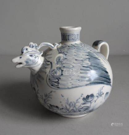CHINE Vase zoomorphe en forme d'oiseau en céramique à décor bleu blanc. La t