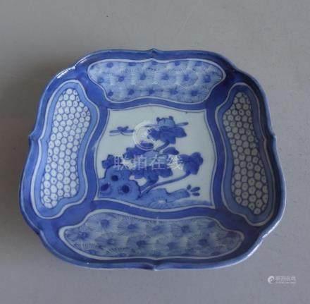CHINECoupe sur petit talon de forme carrée à bordure mouvementée en porcelaine