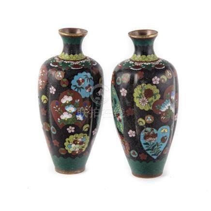 CHINEPaire de petits vases en émail cloisonné