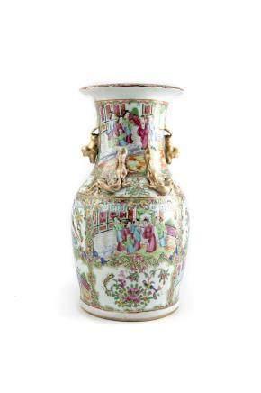 CHINE CANTON Grand vase en porcelaine polychrome à décor de saynètes en reserve