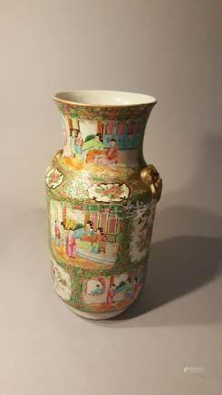 CHINE, CANTON. XIXème siècle. Grand vase à décor de lettrés d'une part, fleurs