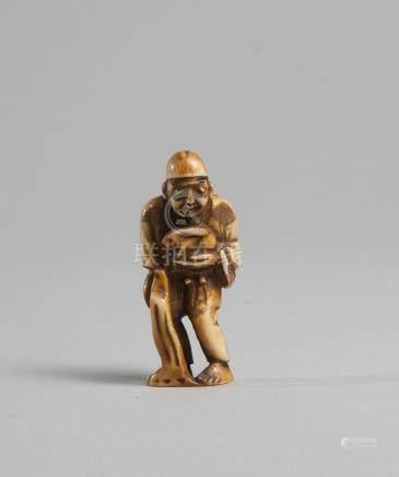 CHINE XIX/XX. Netsuké en bois de cerf représentant un personnage tenant un lièv
