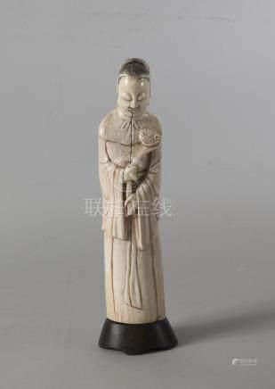 Chine, début XXème siècle. Sujet représentant un homme debout tenant un sceptre