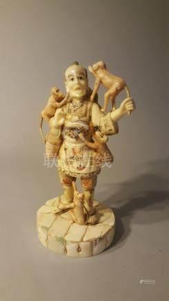 CHINE. Début XXème s. Montreur de singe en plaquettes d'os et os (?) Haut : 27