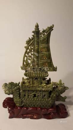 CHINE ou INDOCHINE. XXème siècle. Jonque à tête de dragon. Pierre dure verte .