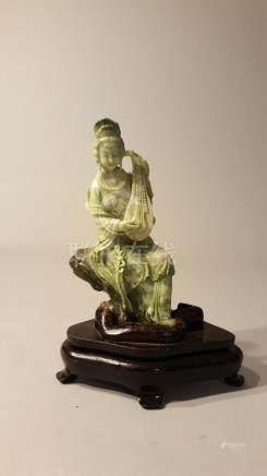 CHINE. XXème siècle. Deux statuettes féminines en pierre dure verte. Haut : 13