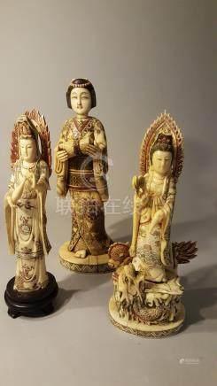 CHINE. XXème siècle. Lot de trois statuettes : une musicienne, deux Guan Yin do