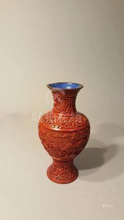 CHINE, PEKIN. Début XXème siècle. Vase en émail laqué rouge à décor incisé de j