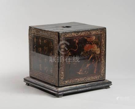 CHINE XIXe siècle. Boîte en laque dorée à décor d' oiseaux dans une barque. L 2