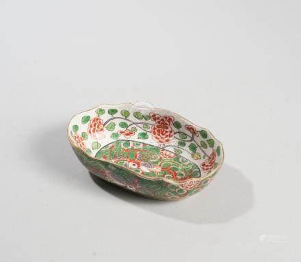 CHINE. XIXème s. Deux raviers à bords polylobés. Décor de personnage à la gourd