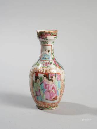 CHINE. Fin XIXème et début XXème siècle. Deux petits vases en porcelaine émaill