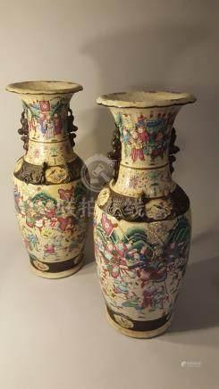 CHINE, NANKIN. XIXème siècle, marques au revers. Paire de grands vases balustre