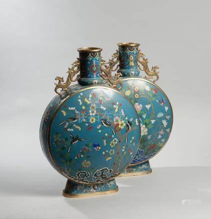 CHINE. Fin de la dynastie Qing, XIXème siècle. Rare paire de vases en forme de