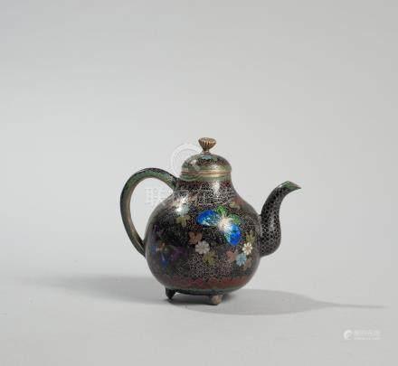 CHINE. Fin de la dynastie Qing, fin XIX ème siècle. Petite théière en émail clo