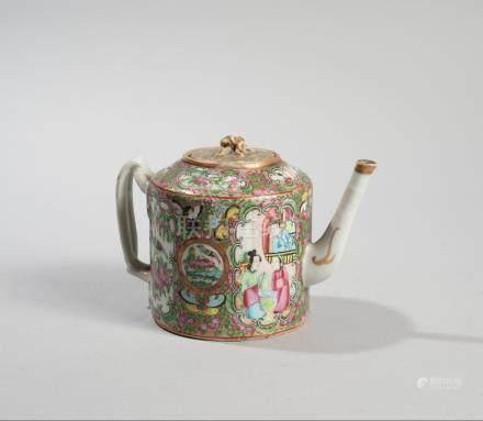CHINE, CANTON. XIXème siècle. Théière à décor dans des médaillons d'oiseaux et