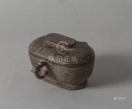 Chine moderne, style archaïsant. Boîte ovale en stéatite brune, gravée de drago
