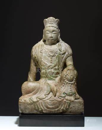 GUANYIN CHINE. DYNASTIE YUAN (1279 - 1368)Marbre polychrome. H. 36,5 cmLe bodhi