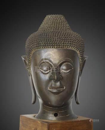 IMPORTANTE TÊTE DE BUDDHA NORD THAÏLANDE/LAOS CA 16°-17° SIÈCLE Alliage cuivreu