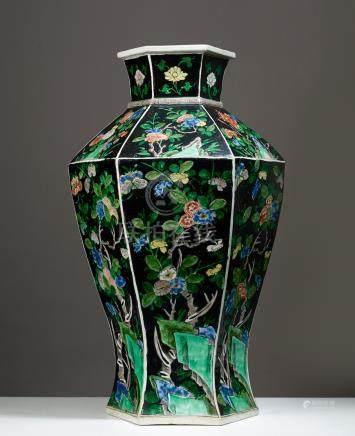 IMPORTANT VASE HEXAGONAL CHINE CA 19° SIÈCLE Porcelaine émaillée. H. 55 cmRare