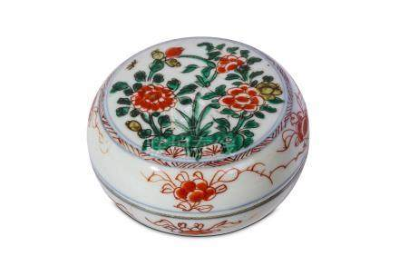 A CHINESE FAMILLE VERTE 'PEONIES' CIRCULAR BOX AND COVER. Kangxi. The cover enamelled with a roundel