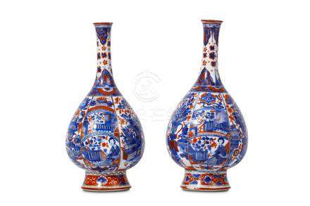 A PAIR OF CHINESE IMARI-DECORATED VASES. Kangxi. Each of pear-shape form with a spreading foot and a