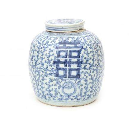 A Chinese blue and white double happiness jar. 20th centuryHoogte 26 cm. 29 % buyer's premium on