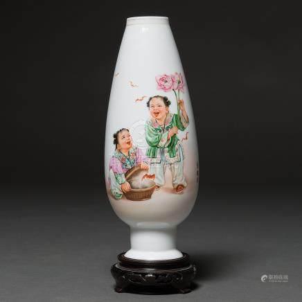 """""""Niños con Murciélago"""" Jarrón en porcelana China. Trabajo Chino, Siglo XX"""