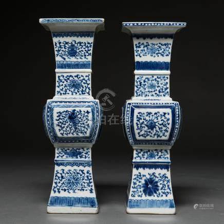 Pareja de floreros en porcelana china azul y blanca. Trabajo Chino, Siglo XIX