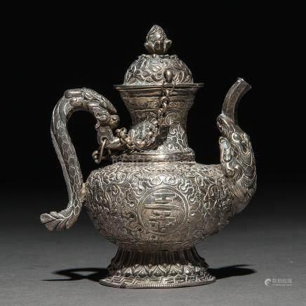 Tetera China realizada en plata repujada. Trabajo Chino, Siglo XIX