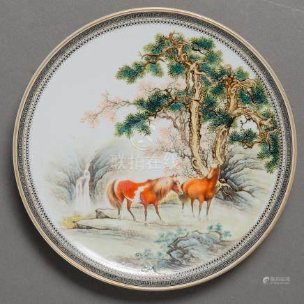 """Caballos en el bosque"" Plato circular en porcelana china. Trabajo Chino, Siglo XX"