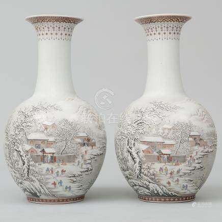 Pareja de jarrones en porcelana china. Trabajo Chino, Siglo XX.