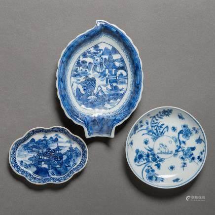 Conjunto de tres pequeñas fuentes en porcelana china azul y blanca. Trabajo Chino, Siglo XIX