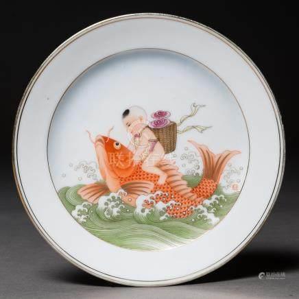 """""""Niño montado sobre una carpa"""" Plato en porcelana China. Trabajo Chino, Siglo XX"""