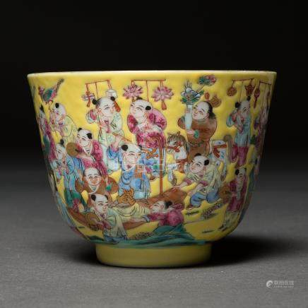 Tazita en porcelana china familia amarilla. Trabajo Chino, Siglo XX