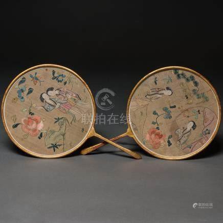 Conjunto de dos Pay Pays Chinos en seda bordada. Trabajo Chino, Siglo XIX
