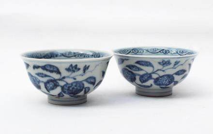 A Pair og Chinese Blue and White Porcelain Bowls 明永樂-青花石榴碗一對(其一有沖線)