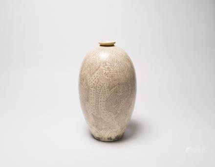 A Chinese Cizhou Porcelain Olive-Form Vase  宋代-磁州窯珍珠地白釉劃花熊紋橄欖瓶