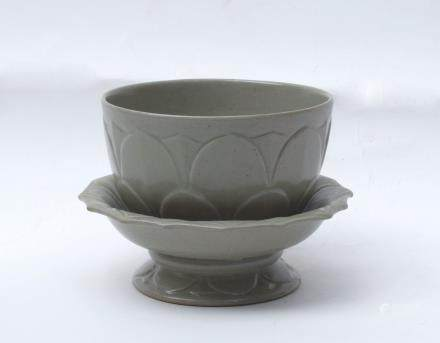 A Chinese Yue Porcelain Bowl and Stand宋代-越窯蓮瓣紋供碗含托