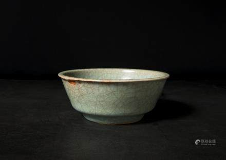 A Chinese Guan-Type Longquan Porcelain Dish 宋代-龍泉官窯開片洗