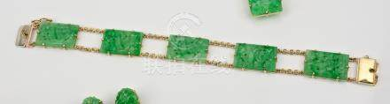 A Chinese 14ct yellow gold and carved jade bracelet, the five mottled apple and celadon green