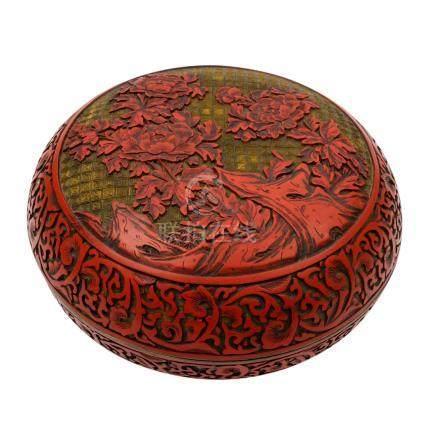 Runde Schnitzlack-Dose CHINA 19./20. Jh.Boden- und innseitig schwarz lackiert, außen mit rotem