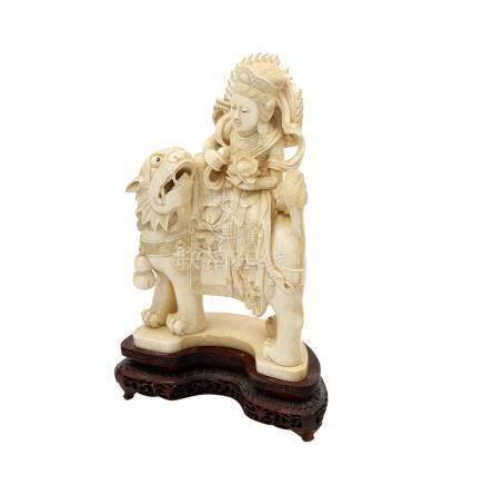 Guanyin aus Elfenbein. CHINA, um 1900auf einem Drachen-Mischwesen sitzend, in lockerer Haltung mit