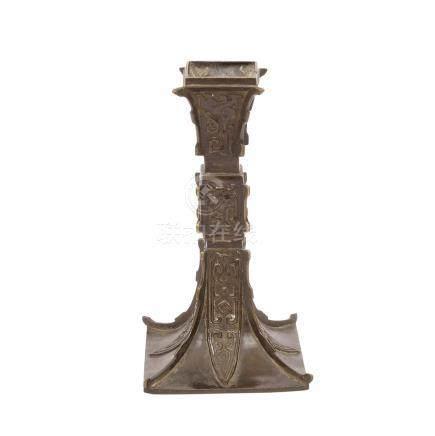 Vase, CHINA, Qing-Zeit-19.Jh.In Form eines archaischen Bronzegefäßes vom Typ gu mit