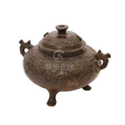 Weihrauchbrenner, CHINA, 18./19. Jh.,Bronze, gegossen, glockenförmiger Korpus auf 3 Füßen, seitliche