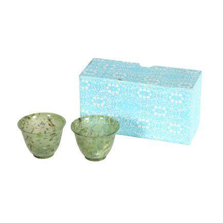 Paar feine Koppchen aus Jade. CHINA, 20. Jh..Jeweils aus gesprenkelter, grüner Jade, H 4,5 cm. Mit