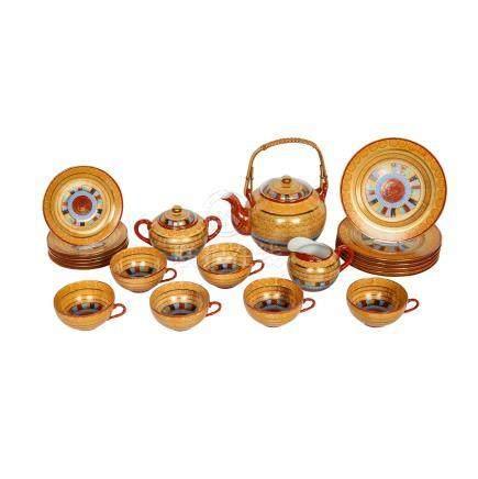 Teeservice für sechs Personen. JAPAN, 20. Jh..Beige-goldfarben mit buntem Streifendekor. Bestehend