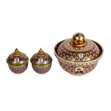 Drei runde Deckeldosen. THAILAND, 20. Jh..Aus Keramik, jeweils mit Email- und Goldfarben