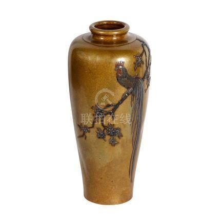 Vase aus Bronze. JAPAN, 20. Jh..Nach oben sich erweiternde Form. Schauseitig verziert mit feinem
