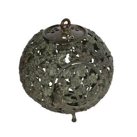 Laterne aus Metall. JAPAN 20. Jh..runde Form aus durchbrochen gearbeitetem Pflaumenblütenmuster, mit