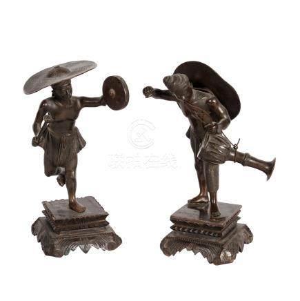 Zwei Trommler aus Bronze. BURMA, 1. Hälfte 20. Jh..Jeweils mit großem Hut in stehender Haltung